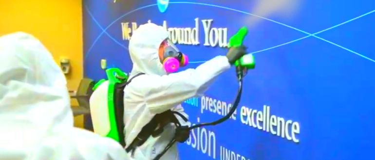 человек производит профилактическую обработку помещения от коронавируса