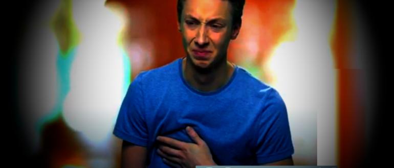 молодой мужчина испытывает боль в груди при гриппообразной форме коронавируса