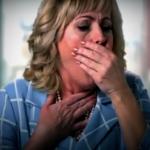У женщины кашель и боли в горле - симптомы коронавируса