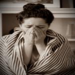 женщина переболевшая коронавирусом кашляет