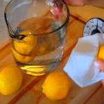 фрукты моются в кувшине с кипятком