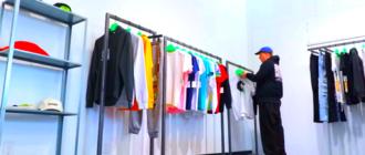 человек выбирает одежду в магазине в период коронавируса