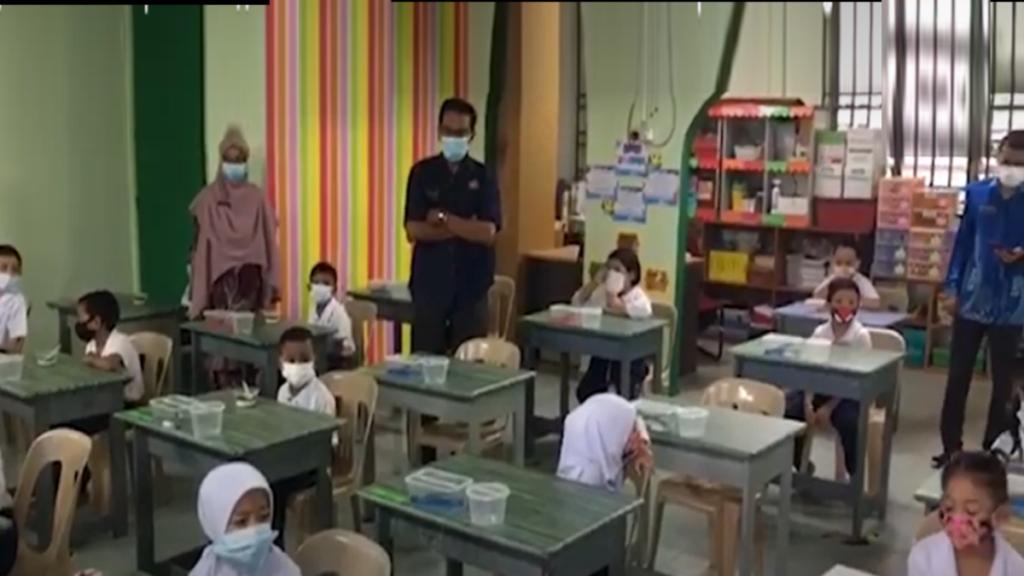 дети в детском саду одеты в защитные маски от коронавируса