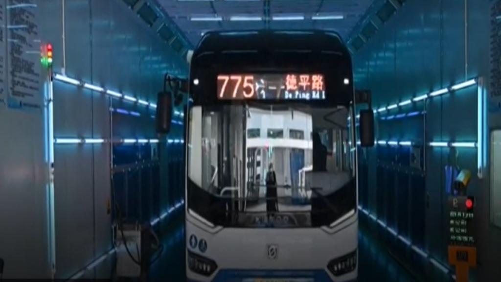 ултрафиолетовые лампы облучают автобус